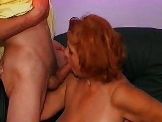 Mulher madura tem uma grande experiência com seus dois sobrinhos