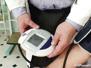 Zita mulher madura gyno espéculo exame na clínica