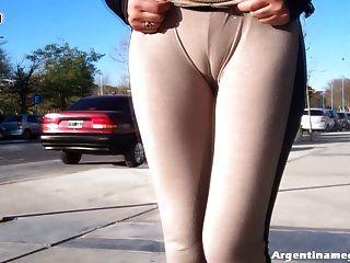 Uau!Menina latin quente do burro que veste vê através das calças no público!