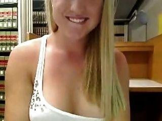 Bonito loira se masturba na biblioteca