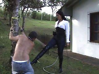 Amante latina pune seu escravo