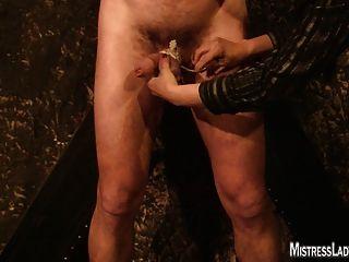 Lady jenny torturas escravo preso à parede
