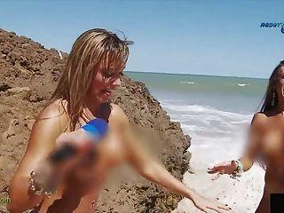 Relatório engraçado na praia brasileira nudista