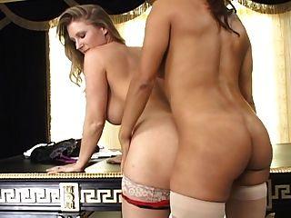 2 mulheres quentes com strapon nas meias