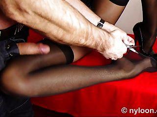 Meia de nylon dentro da buceta e corrida na perna