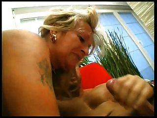 Sexy granny fucks 2 fit jovens rapazes