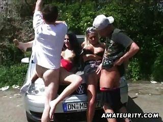 2 putas amadoras quentes em uma ação de sexo em grupo ao ar livre