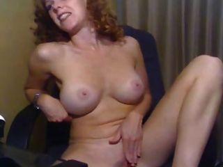 Garota com seios lindos masturbando