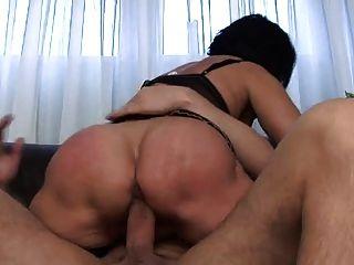 Maduro masturbates com brinquedo antes fode
