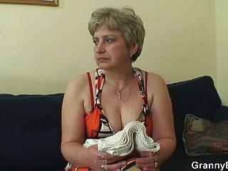 Velha dona de casa é pregada por um jovem estranho