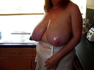 Sexy bbw madura brincar com seus seios grandes na cozinha