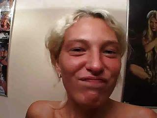 Garota loira alemã suga galo