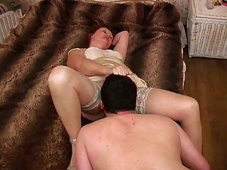 Amante madura lambendo seus pés, bunda e buceta (+ lento)