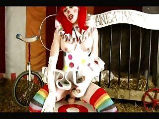 O palhaço do shemale toma o dildo enorme no circo