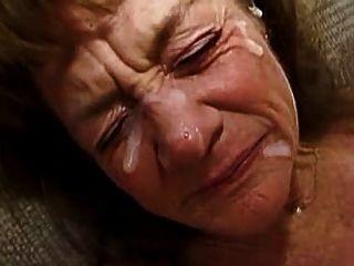 A avó toma muitos facials