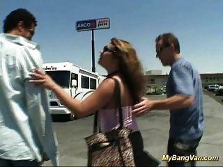 Nasty babe é batido na van com três grandes torneiras