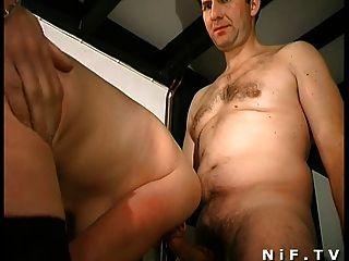 Milf peludo francês fica fodido anal e facialized em 3some