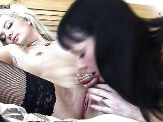 Garota loira fode mãe lesbiana mais velha