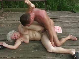 Avó com rapaz jovem.por pornapocalypse