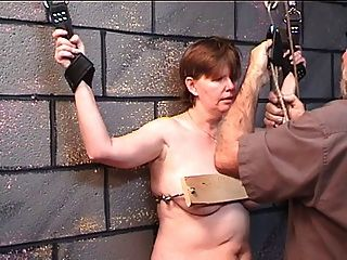 Mulher gorda obtém seus seios pregados em madeira em jogo de masmorra com o mestre mais velho