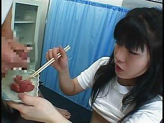 Comida japonesa menina come cummy algo