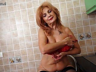 Super quente avó mostra corpo quente e masturbates