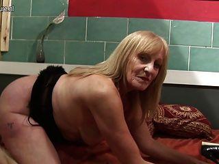 Avó amadora brincando com sua vagina molhada velha