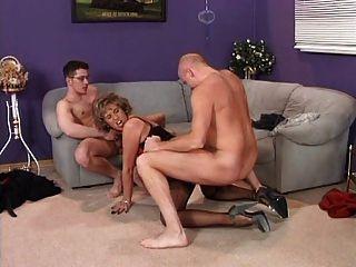 Dona de casa alemã desfrutando de 2 galos duros