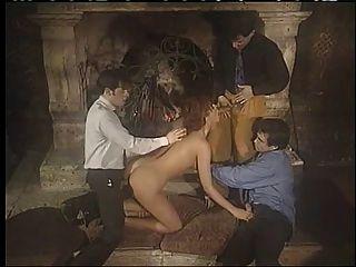 Italiano babe desfrutando de sexo de grupo de penetração dupla !!