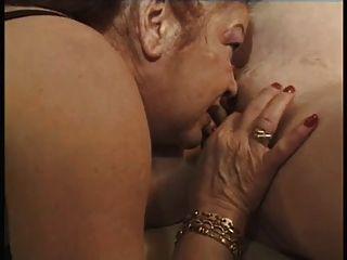 Duas grávidas com uma lésbica velha