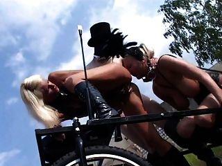 Loura fetish slut kathleen em bizarro cena ao ar livre