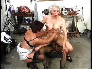 Dois velhos peludos grannys se divertir com um galo
