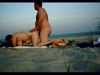 Casal chubby ter relações sexuais na praia