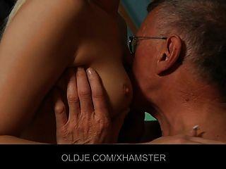 Adolescente ousado seduz o velho tímido