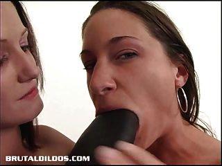 Hailey fodendo alissa com um grande dildo brutal preto