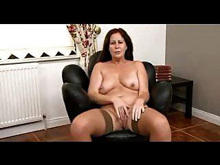 Chubby morena madura undresses e mostra seu corpo