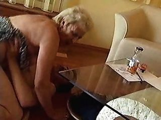 Granny shagged duro no chão