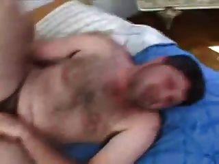Pendurado latino urso barebacks seu amigo