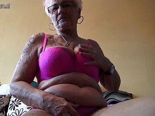 Muito velho alemão avó e seus seios saggy