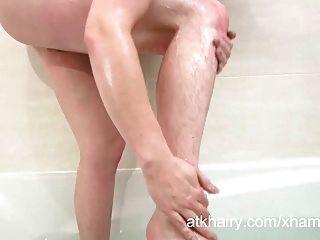 Jenna peludo fica sua buceta molhada e masturbates