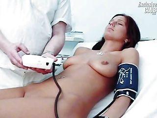 Sara gyno pussy espéculo exame por kinky velho médico