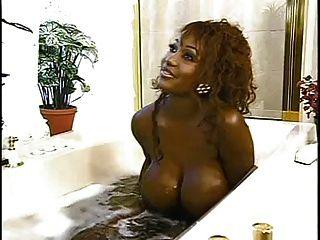 Horny big black tits lavagem do banheiro