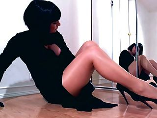 Dominante, diva, provocando, em, brilhante, meia-calça