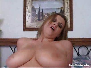 Loira babe jogar seus peitos com um cum 2