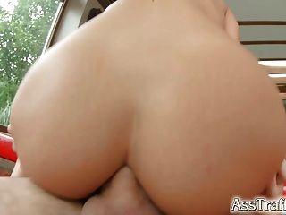 Ela toma gapes anal difícil e engole cum