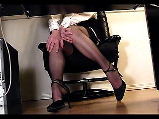 Leggy secretary under desk voyeur cam masturbação