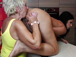 Sexo de grupo velho e novo com 2 avós