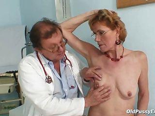 A senhora idosa classy mila precisa a examinação da clínica do gyno
