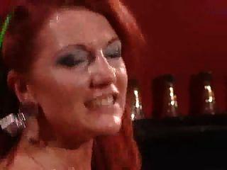 Madura puta em meias pretas com cabelos vermelhos impetuosos