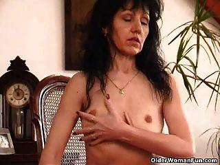 Mulher velha com saggy tits e peludo pussy